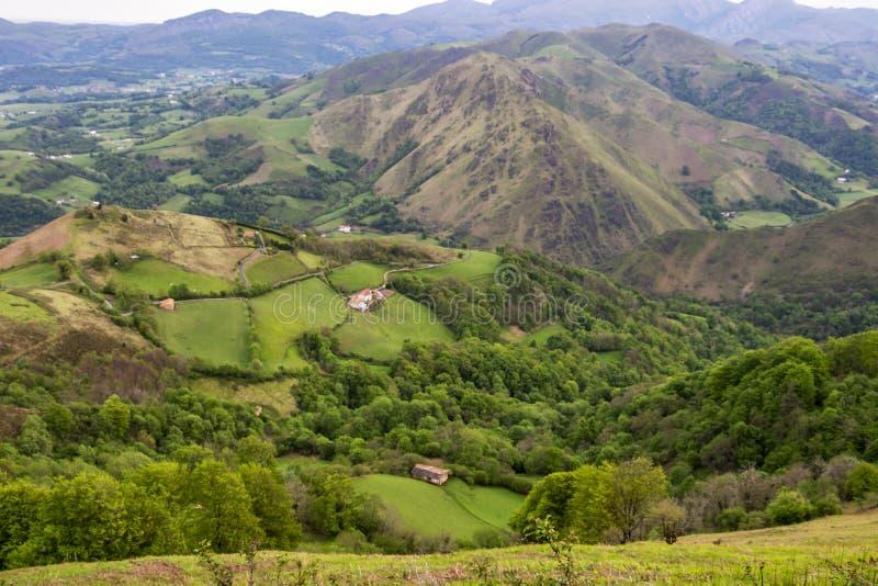 Francuzów Pyrenees gór panoramiczny widok w Maju obraz stock