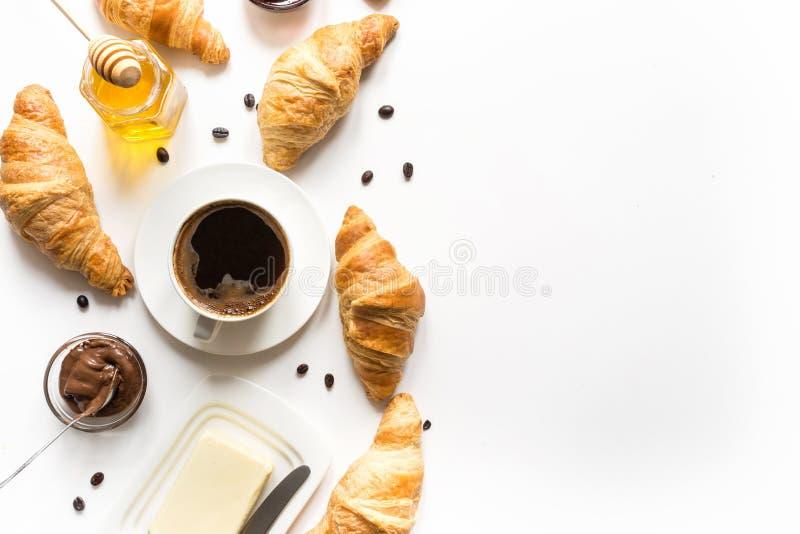 Francuz ?wie?o piec croissants i fili?anka kawy na bielu Przestrze? dla teksta obraz royalty free