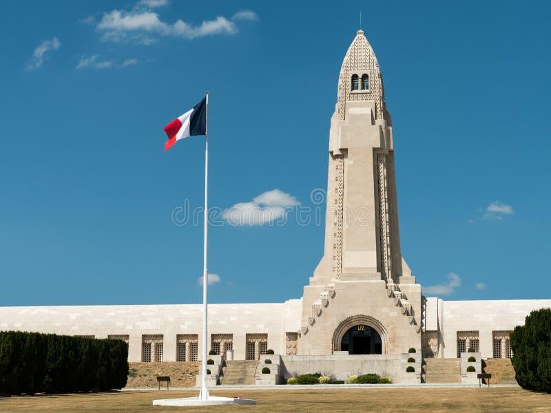 Francuz flaga i Douaumont ossuary blisko Verdun Francja fotografia royalty free