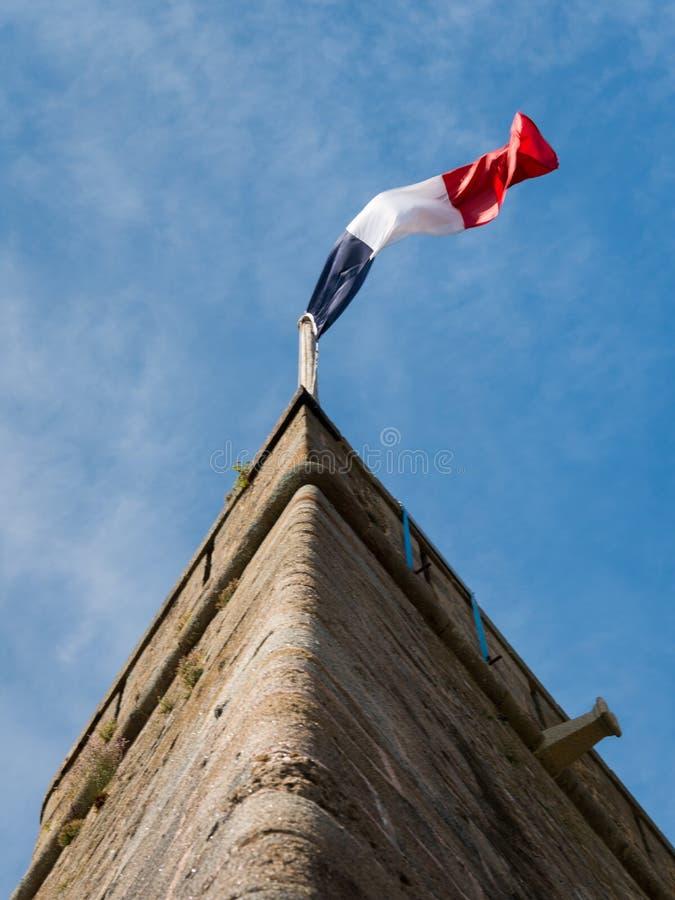 Francuz flaga na ścianie stary fort w Saint Malo fotografia stock
