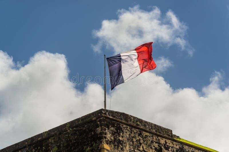 Francuz flaga na wierzchołku fortu saint louis w fort-de-france, hala targowa fotografia royalty free