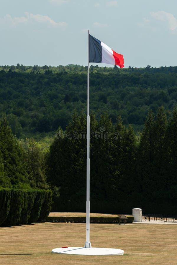 Francuz flaga w cmentarnianym outside Douaumont ossuary blisko Verdun Francja fotografia royalty free