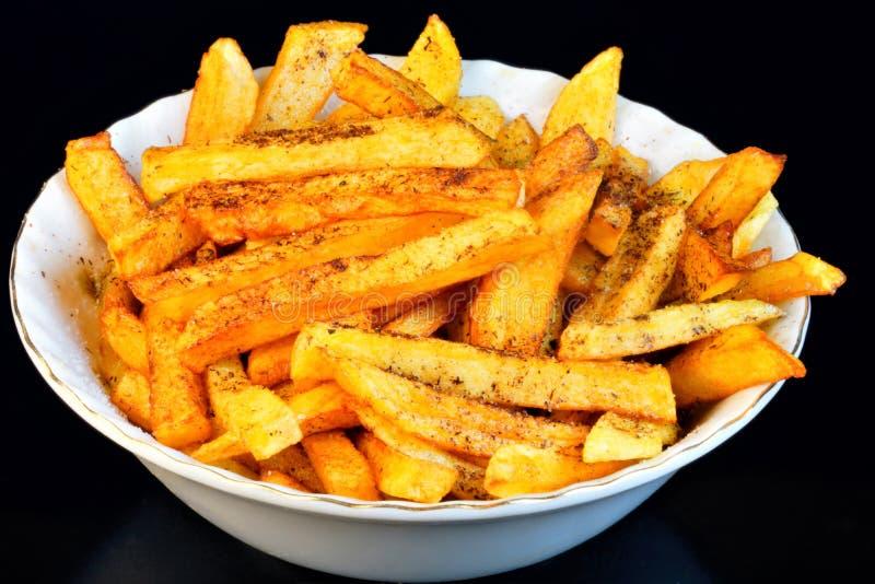 Francuz smaży popularnego jedzenie i przekąskę - jest kawałek grule, smażący w duże ilości silnie gorący jarzynowy olej lub zwier zdjęcia stock