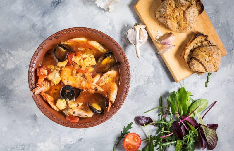 Francuza rybi zupny Bouillabaisse z owoce morza krewetkowym, łosoś polędwicowy, mussels na betonowym tle pyszny obiad fotografia stock