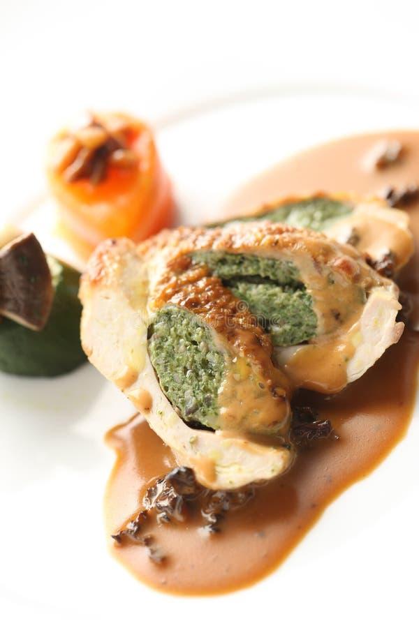 Francuza styl gwinea kurczaka pieczeń na bielu talerzu zdjęcie stock