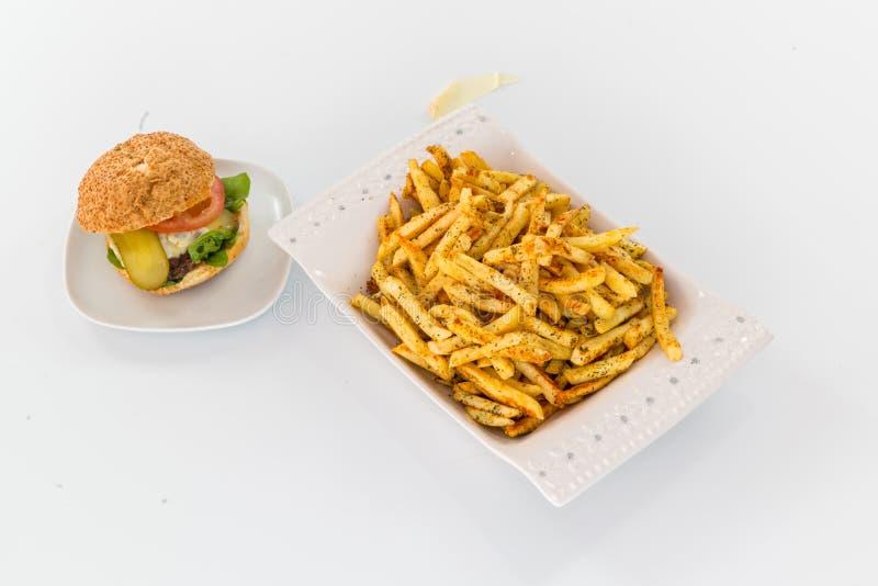 francuzi smaży hamburgery fotografia royalty free