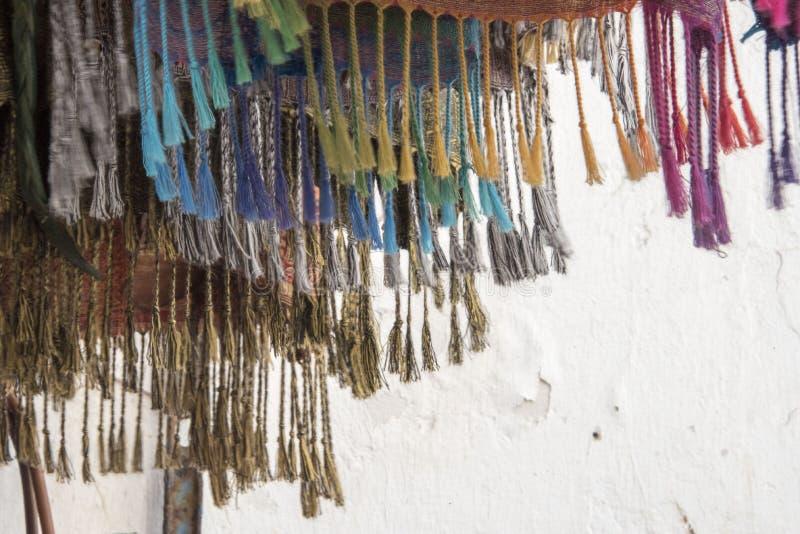 Franges sur les textiles colorés en vente sur un marché marocain image stock