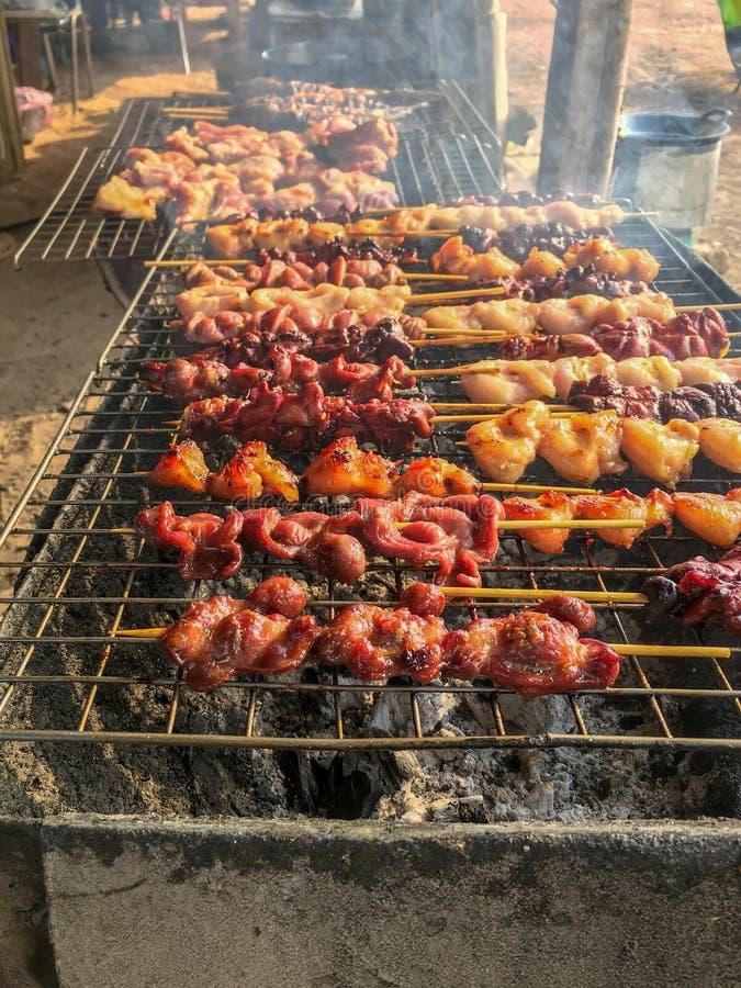 Frango assado delicioso, alimento tailandês da rua, na grade com fumo foto de stock