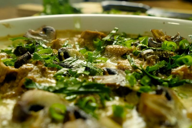 Frango frito com cogumelos, leite e cebolas fotografia de stock