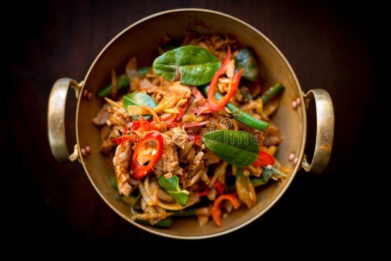 Frango frito da agitação com ervas tailandesas fotografia de stock royalty free