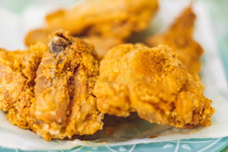 Frango frito em um alimento salgado saboroso do galeto da placa em casa fotografia de stock royalty free