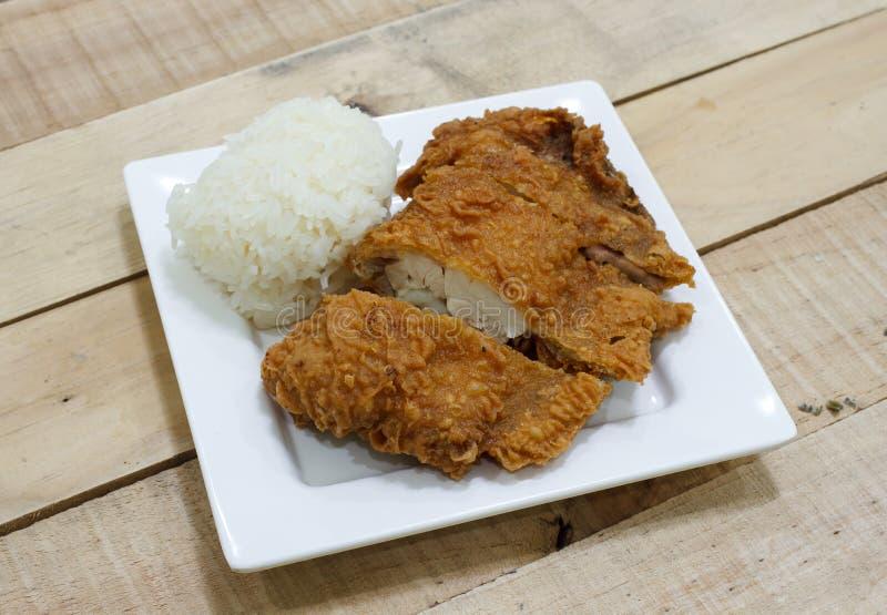Frango frito friável e arroz pegajoso fotografia de stock royalty free