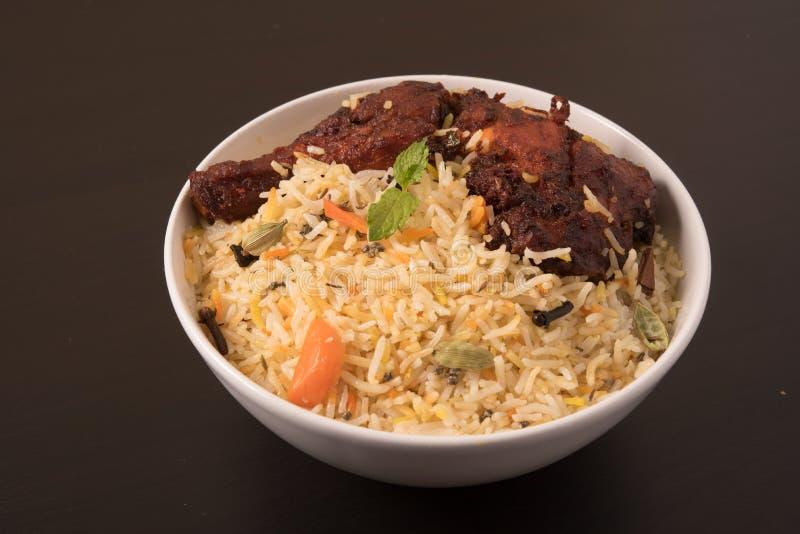 Frango frito indiano Biryani/Biriyani em uma bacia branca imagem de stock
