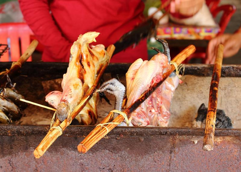 Frango frito no mercado cambojano fotografia de stock