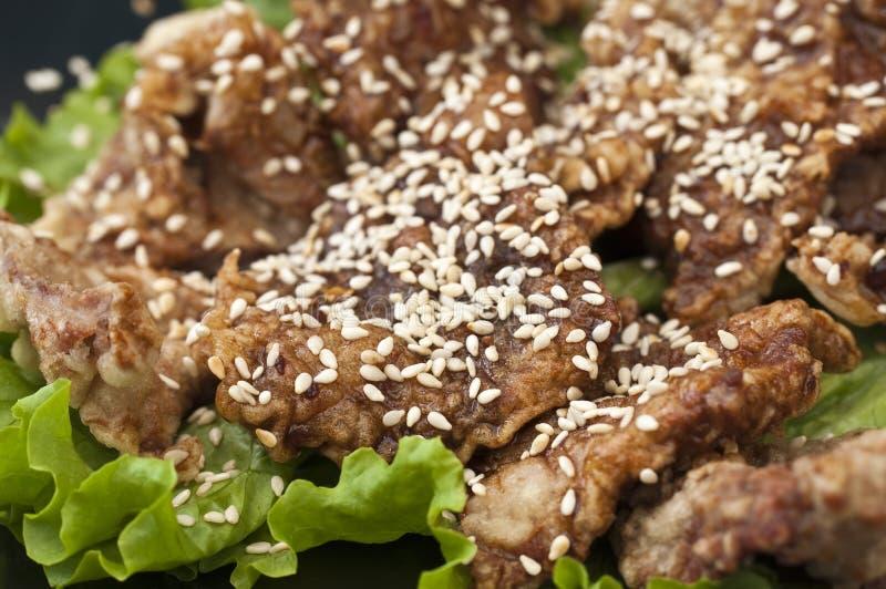 Frango frito vietnamiano com sementes de sésamo fotos de stock