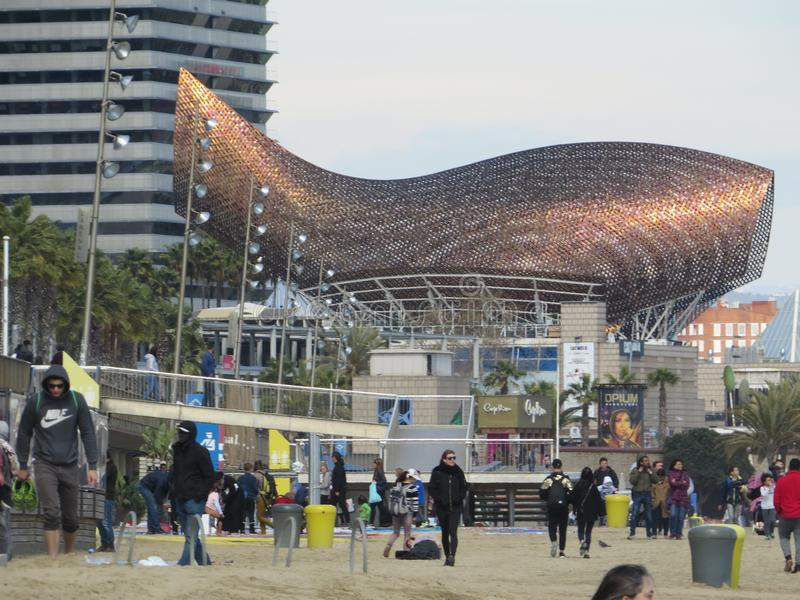 Frank Gehryâ-€™s goldene Fisch-Skulptur Barcelona stockbilder