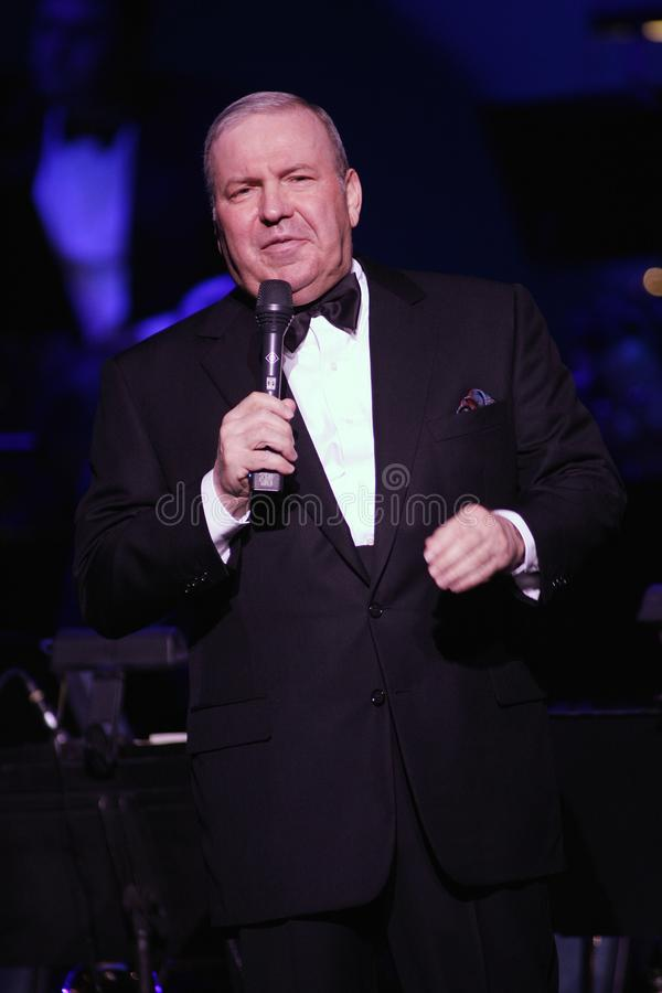 Frank Sinatra Jr presteert in overleg stock foto