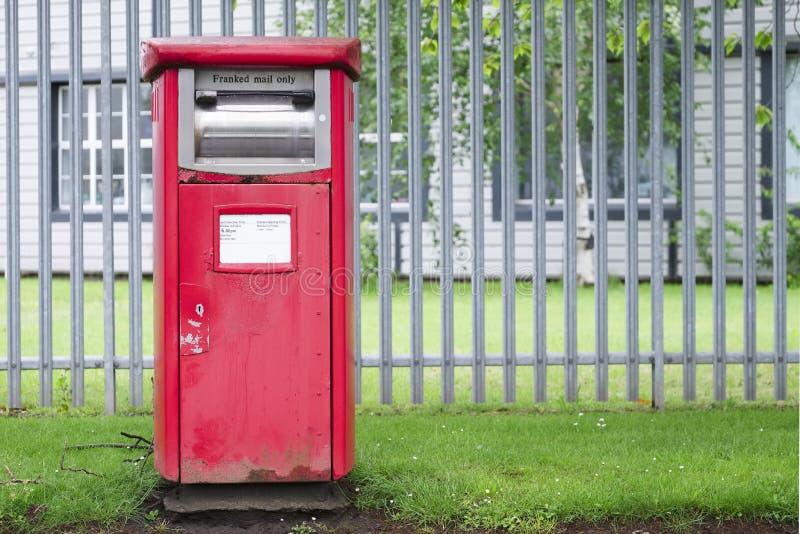 Frankerad postbox för post endast på arbetsplatsen utomhus royaltyfri fotografi