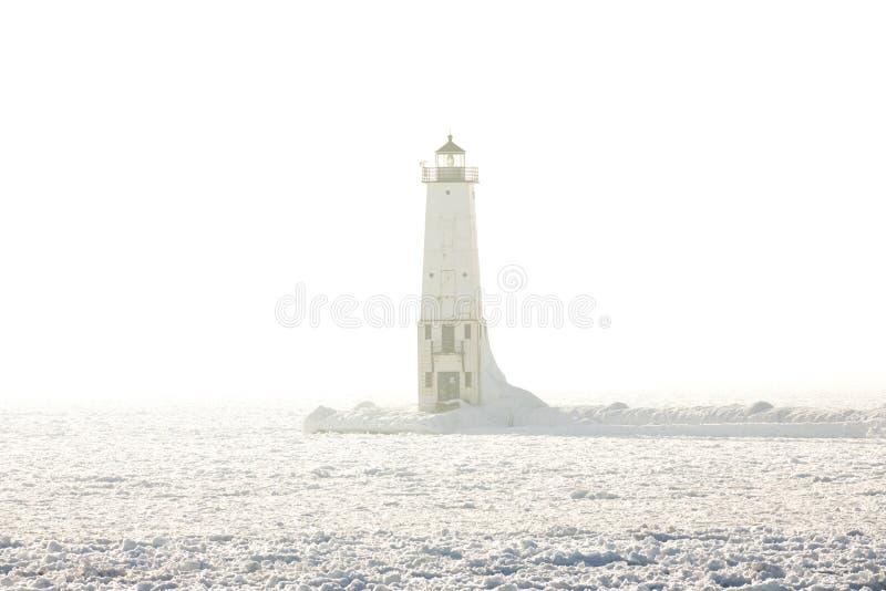 Frankfort falochronu Północna latarnia morska na mgłowym jezioro michigan wewnątrz zdjęcie stock