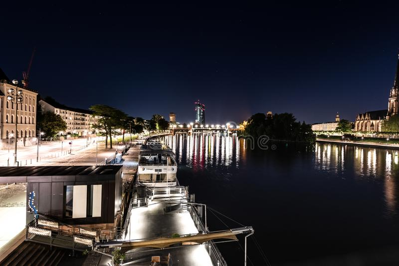 Frankfurt östlig sikt på natten med flodströmförsörjningen royaltyfri fotografi