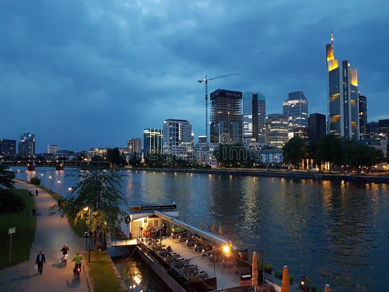 Frankfurt am Abend stockbild