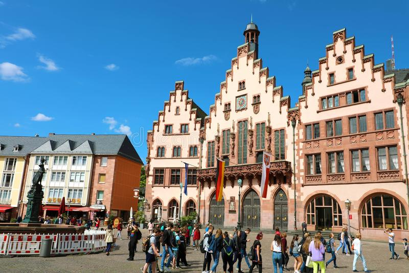 FRANKFURT, DEUTSCHLAND - 13. JUNI 2019: Touristen in Romerberg-Quadrat mit der Rathaus- und Gerechtigkeitsstatue auf blauem Himme lizenzfreie stockbilder