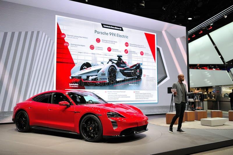 FRANKFURT, DEUTSCHLAND - SEPT 2019: Red PORSCHE TAYCAN TURBO S ist ein vollelektrischer 4-Türcoupe, der erstmals als Konzeptauto  stockfoto