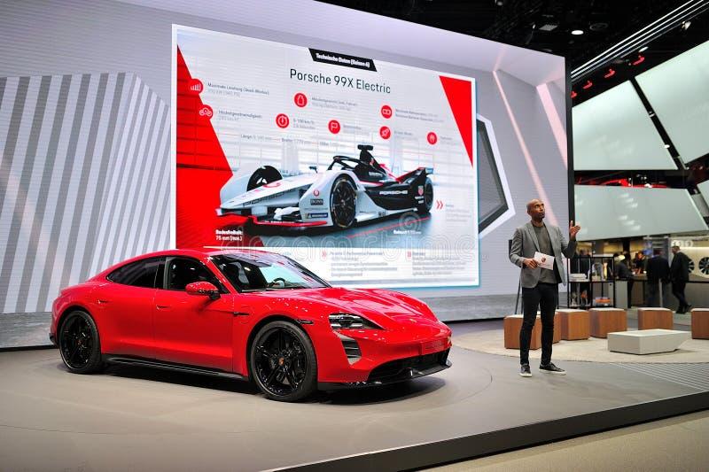 FRANKFURT, DEUTSCHLAND - SEPT 2019: Red PORSCHE TAYCAN TURBO S ist ein vollelektrischer 4-Türcoupe, der erstmals als Konzeptauto  stockfotos