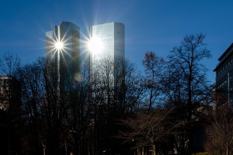 Frankfurt - 3. Dezember: Glänzendes Deutsche Bank ragt in die Sonne am 3. Dezember 2016 in Frankfurt hoch stockfotografie
