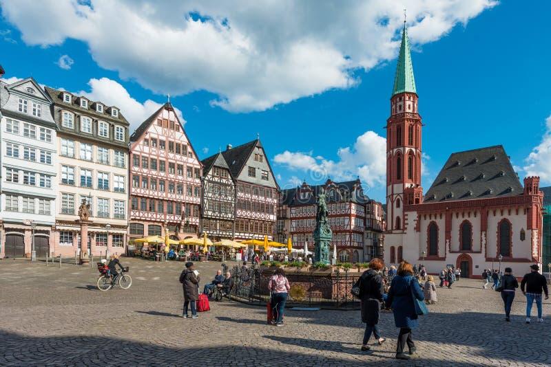 Frankfurt, Duitsland - April 28, 2016: Toerist bij oude traditioneel royalty-vrije stock fotografie