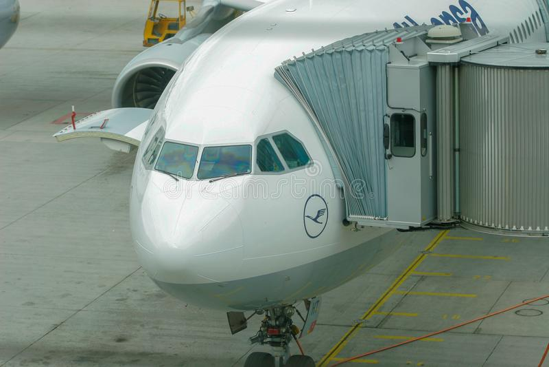 Frankfurt, Duitsland - Augustus 8, 2005: Lufthansa-Luchtbus 340-600 bij royalty-vrije stock foto's