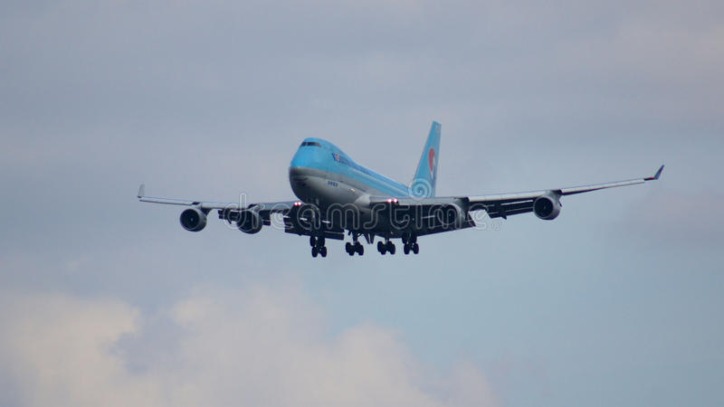 FRANKFURT, DUITSLAND - 28 FEBRUARI, 2015: Korean Air Boeing 747-4B5ERF - MSN 33946 - HL7601 - vrachtschip die - naderbij komen stock afbeeldingen