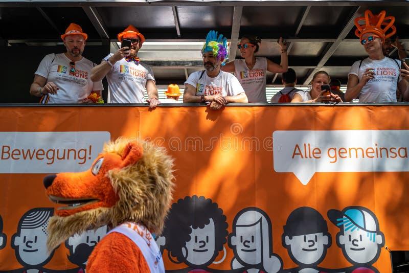 Frankfurt, Duitsland - Juli 20, 2019: De mensen vieren binnen op de vrachtwagen van ING Duitsland in Christopher Street Day royalty-vrije stock foto's