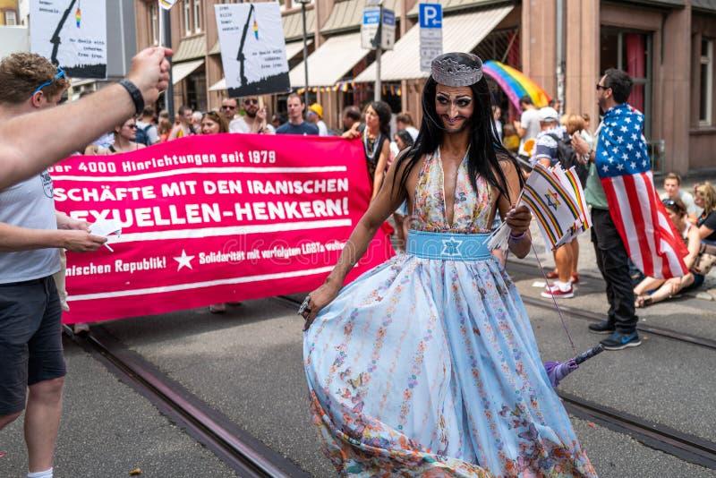 Frankfurt, Duitsland - Juli 20, 2019: De mensen vieren in Christopher Street Day in Frankfurt stock afbeelding