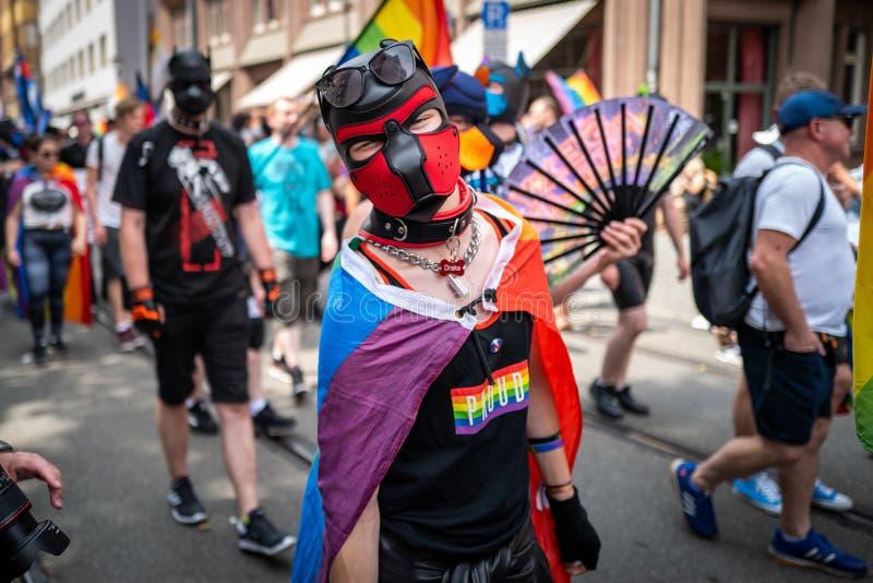 Frankfurt, Duitsland - Juli 20, 2019: De mensen vieren in Christopher Street Day in Frankfurt stock foto's