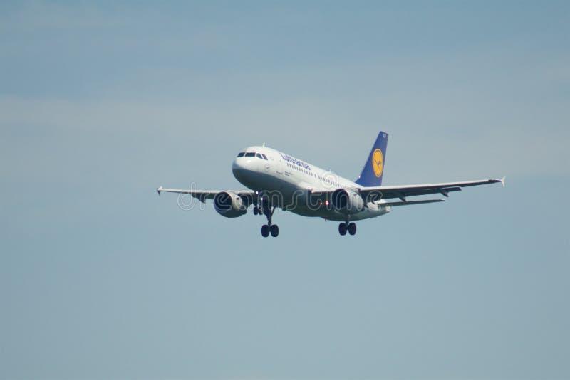 FRANKFURT, DUITSLAND - JUN 09TH, 2017: Lufthansa-Luchtbusa319-100 oude livrei met registratie D-AILR op plotseling definitief stock afbeelding