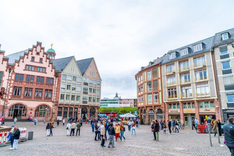 FRANKFURT, DUITSLAND - 2 SEP, 2018: De mensen op Roemerberg regelen in Frankfurt, Duitsland Frankfurt is binnen de groot-grootste stock foto