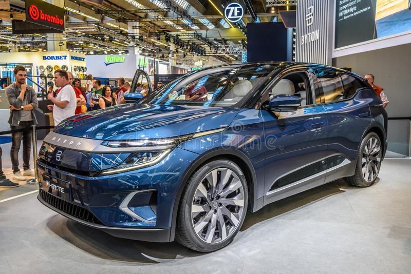 FRANKFURT, DUITSLAND - SEPT 2019: Blue BYTON M-BYTE chinese SUV-auto, IAA International Motor Show Auto Exhibbtion stock foto's