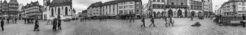 FRANKFURT, DUITSLAND - SEPTEMBER 25, 2013: De mensen op Roemerberg regelen in Frankfurt, Duitsland Frankfurt is binnen de groot-g stock foto