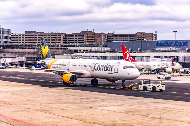 Frankfurt Duitsland 23 02 Twin-engine straallijnvliegtuig die van de 19 Condorluchtbus zich bij de fraportluchthaven bevinden die royalty-vrije stock afbeelding