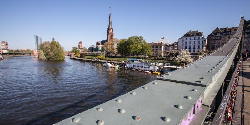 Frankfurt - f.m. - huvudsaklig flodsikt med eisernersteg royaltyfri bild