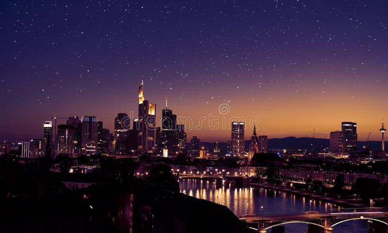 Frankfurt - f.m. - huvudsaklig horisont på natten med stjärnor arkivbild