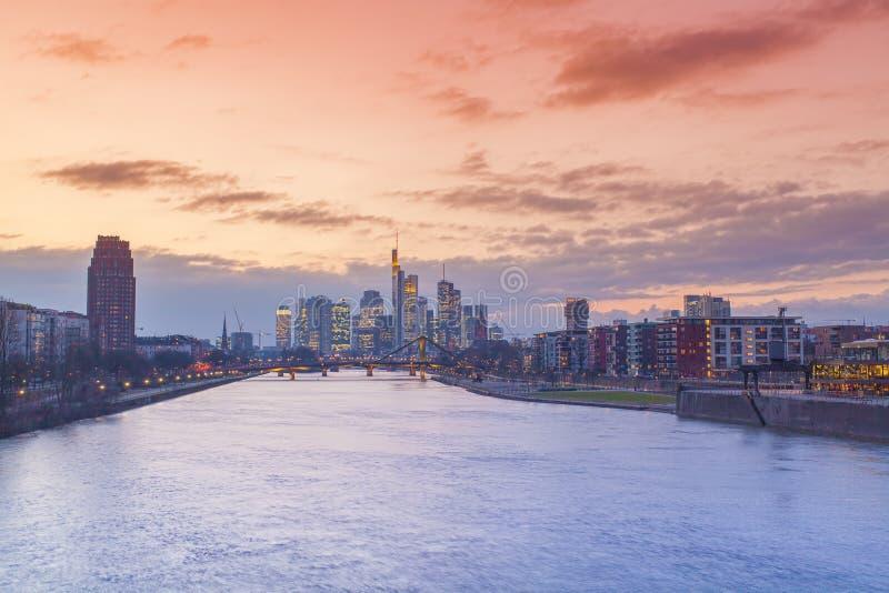 Frankfurt - f.m. - huvudsaklig sikt för stadshorisontsolnedgång arkivfoton