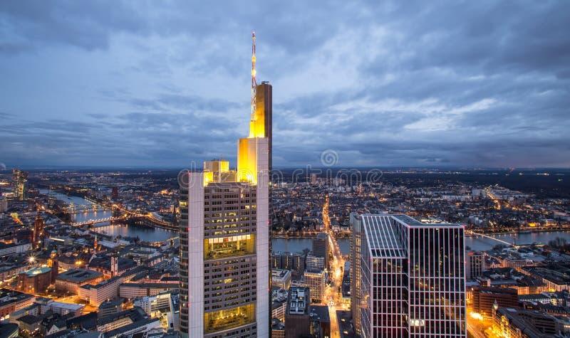 Frankfurt - f.m. - huvudsaklig Tyskland cityscape på natten arkivbilder