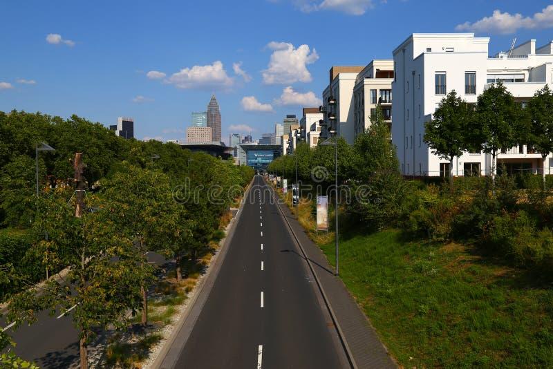 Frankfurt - f.m. - strömförsörjning, Tyskland, områdesGallus Väg till exhibien arkivfoto