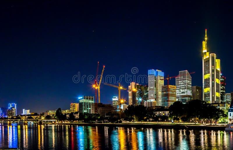 Frankfurt - f.m. - strömförsörjning under solnedgång arkivbild