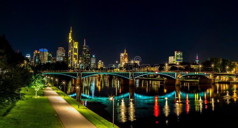 Frankfurt - f.m. - strömförsörjning under solnedgång royaltyfria bilder