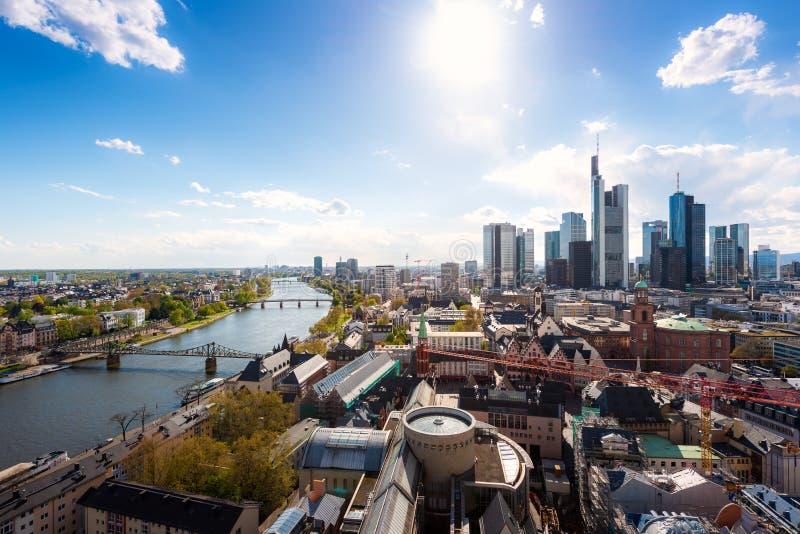 Frankfurt - f.m. - str?mf?rs?rjning Bild av Frankfurt - f.m. - huvudsaklig horisont i Tyskland arkivbilder