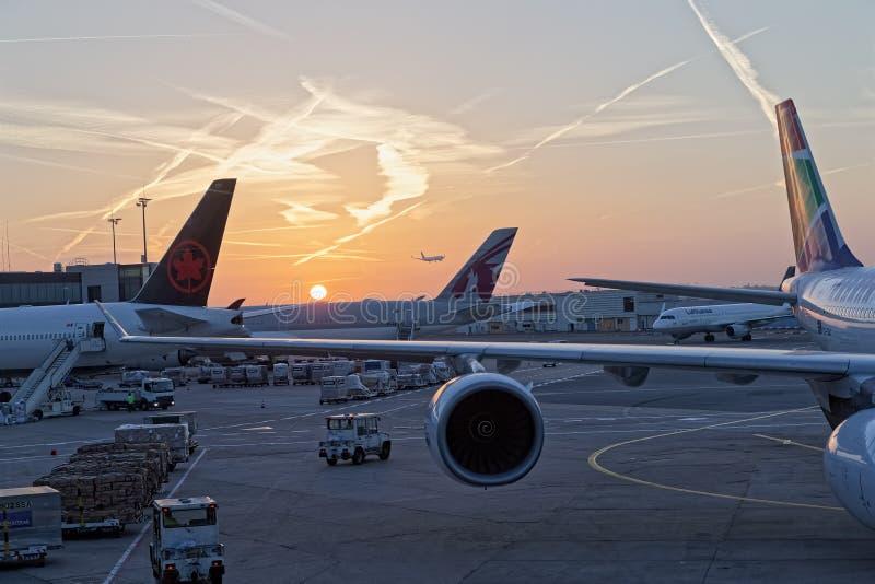 Frankfurt - f.m. - väntande korridorsikt för huvudsaklig flygplats på solnedgången royaltyfri bild
