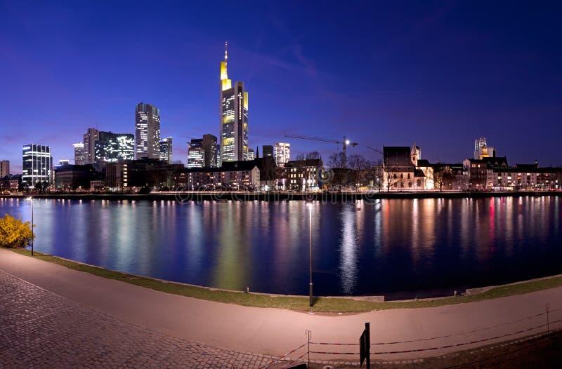 Frankfurt-Fluss-Panorama nachts stockbild